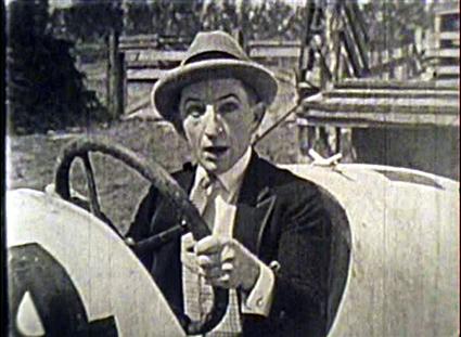 『ラリーのスピーディ』 レーサーのラリーとマグローは犬猿の仲。二人は富豪令嬢メリーとの結婚を賭けてレースに挑む。ラリーはマグローの卑怯な妨害を切り抜けながらゴールを目指してまっしぐら。果たして勝敗はいかに。
