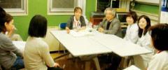 緩和医療の現場でデスカンファレンスに参加している教員と学生