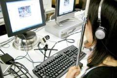 言語コミュニケーション学習における視線運動計測のデータ収集の様子