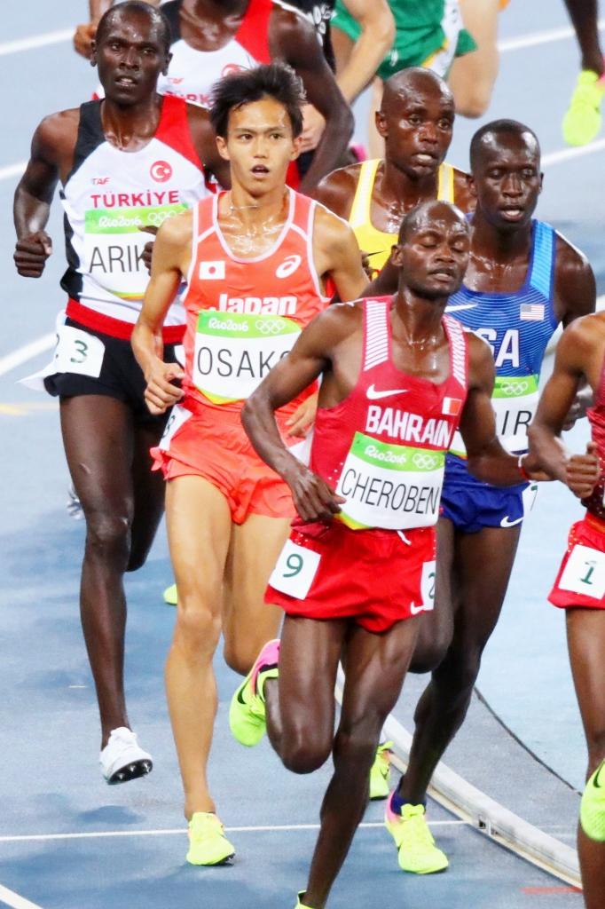 男子1万メートルで力走する大迫傑(中央左)=リオデジャネイロ(共同)