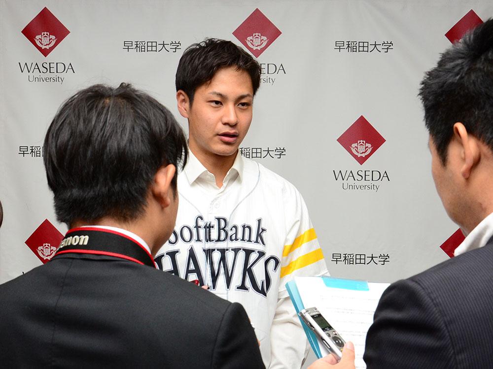 インタビューを受ける大竹選手