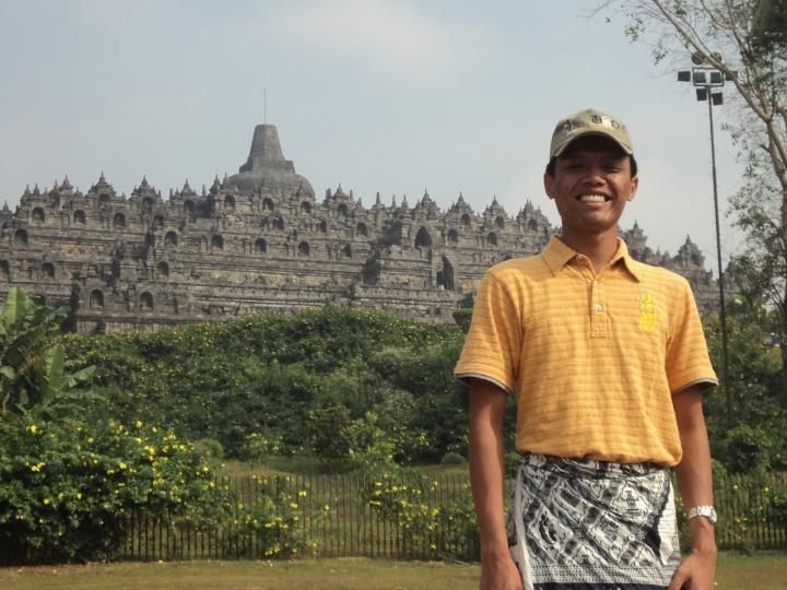 ジャングルにそびえ立つボロブドゥール寺院