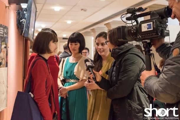 早大生監督4人が現地メディアからのインタビューに答えている様子