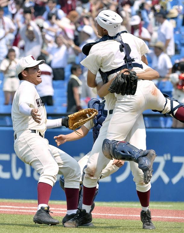 西東京大会決勝で東海大菅生を破り、甲子園出場を喜ぶ早実の清宮幸太郎内野手(左)=26日、神宮