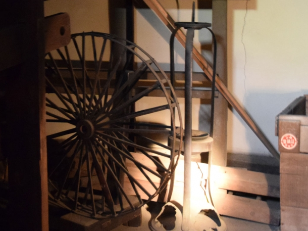 糸繰り車と燭台