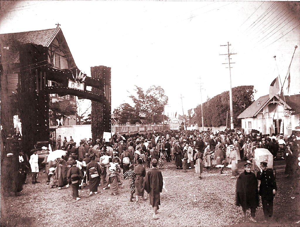 B56-08_193210_創立30年祝典正門前の賑わい
