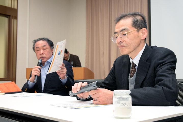 記者説明会で発表する山崎淳司教授と正田武則代表取締役(奥)