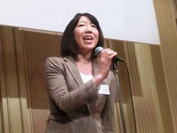 (Head Coach Mikiko Hagiwara announcing her team's victory at the intercollegiate basketball tournament at the 2014 Executive Forum)