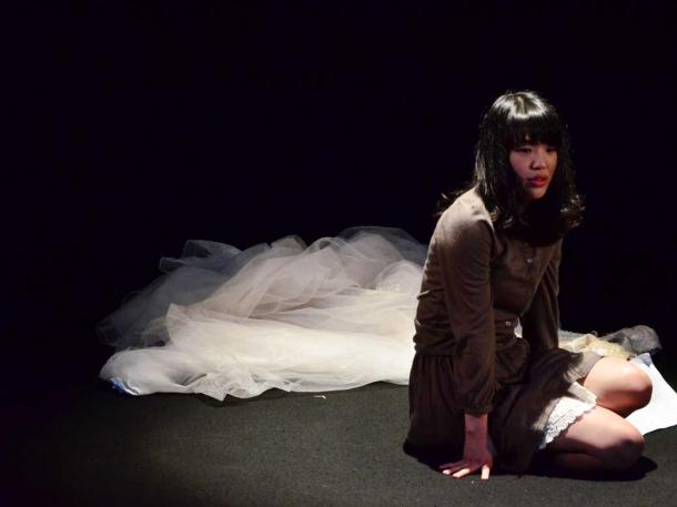 トークイベント前には2本の短編を上演。劇団「ポーラは嘘をついた」による一人芝 居『福井望友という女(仮)』を演じる現役学生・福井望友さん。