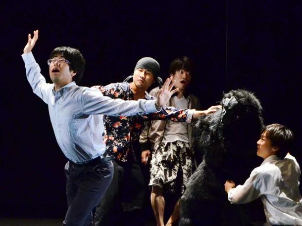 「劇団献身」による『打ち合わせと私』は、ロボットとゴリラが競演するイベントの 打合せの様子を描いたコメディー。場内を笑いの渦に巻き込んでいた。