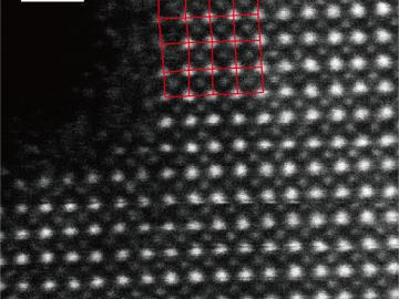 PbCrO3の電子顕微鏡像。白丸で示された、電荷グラスを形成する鉛の位置に乱れがあることが分かる。