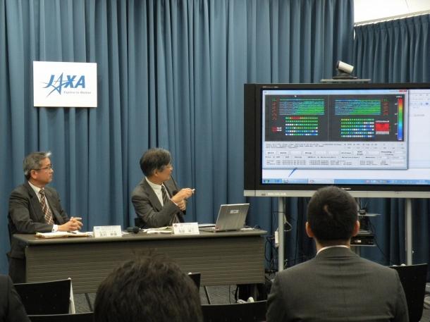 JAXA東京事務所にて観測データの説明をする鳥居祥二理工学術院教授(右)とJAXACALETプロジェクトマネージャの及川幸揮氏