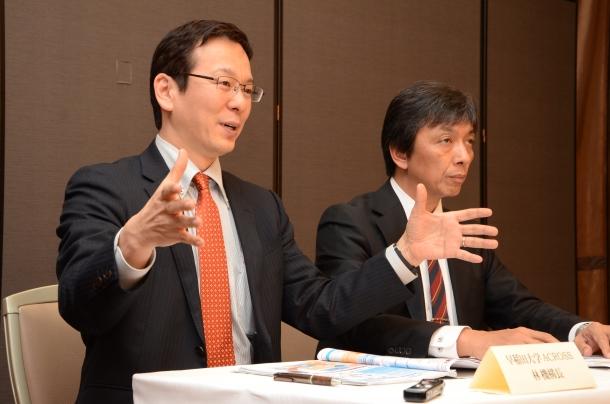 本フォーラムについて説明する林機構長(左)