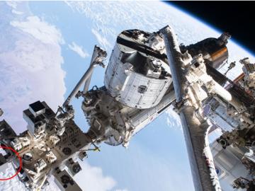 図1 CALET(円で囲った装置)と 「きぼう」船外実験プラットフォーム (出典:NASA/JAXA)