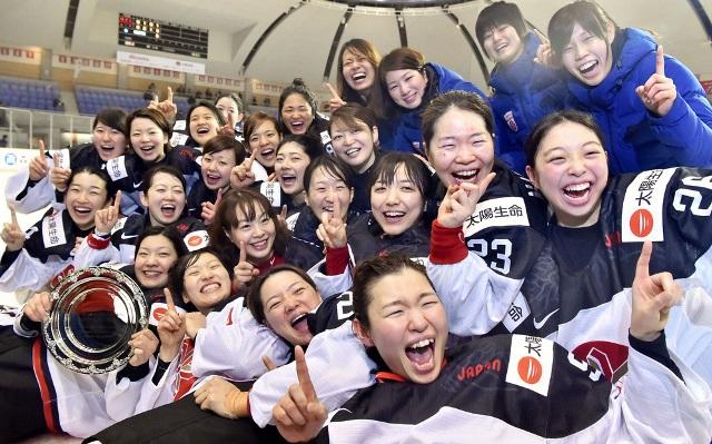 2大会連続で五輪出場を決め、笑顔で記念写真に納まるアイスホッケー女子日本代表=12日、北海道苫小牧市の白鳥王子アイスアリーナ
