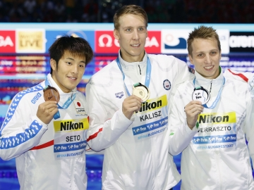 Seto on the podium for the 400m individual medley event (Photo: Kyodo)