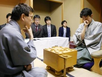 将棋の第65期王座戦で、羽生善治王座(左)を破り初タイトルを獲得した中村太地六段=11日、横浜市