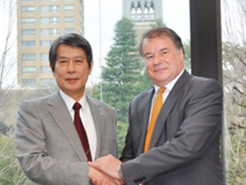 President Kamata shaking hands with IMD President Turpin (right)