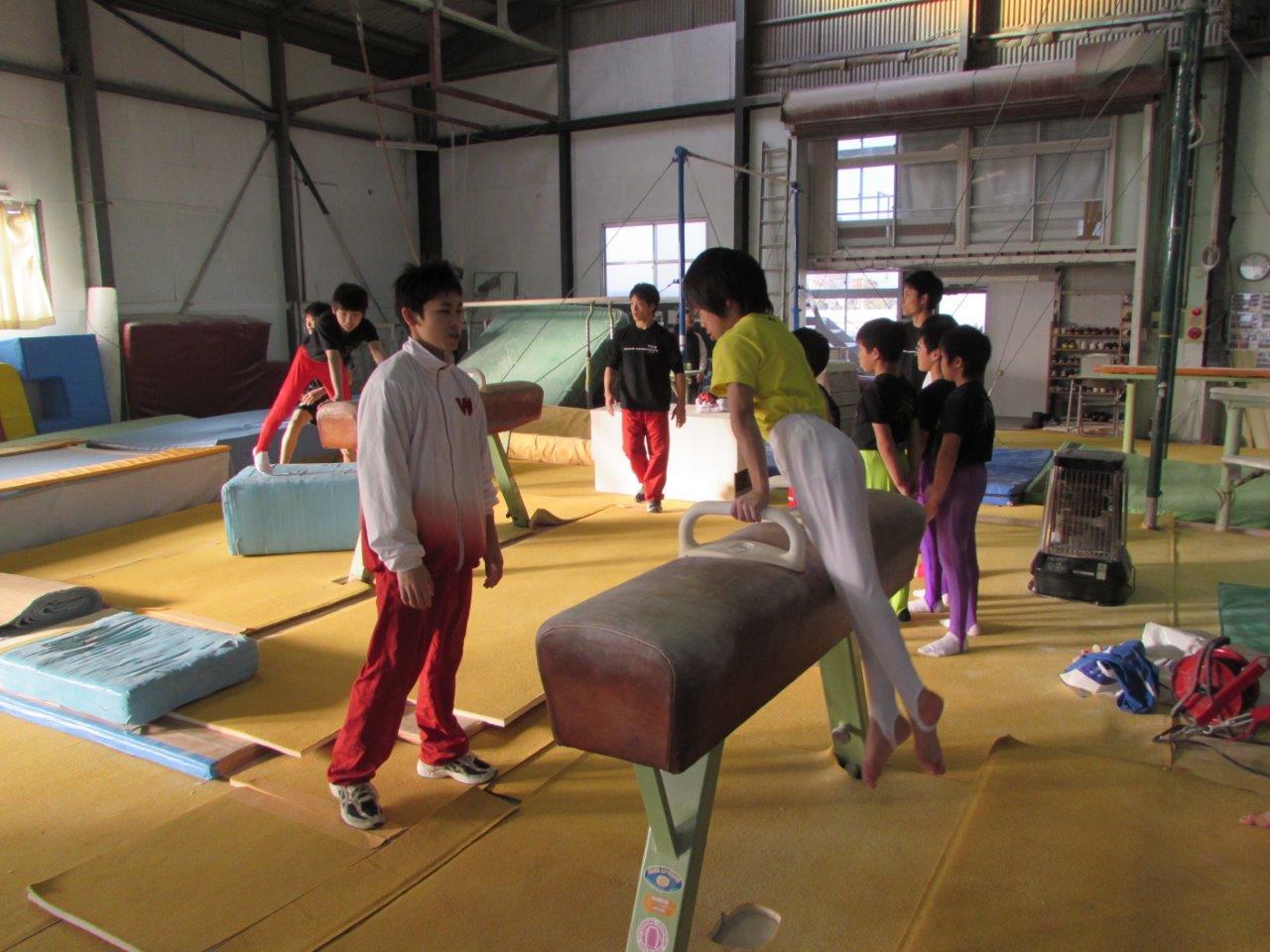 福島県いわき市における体操部員のスポーツ支援の様子。部員の模範演技に参加生徒、保護者から大きな拍手をいただいた。