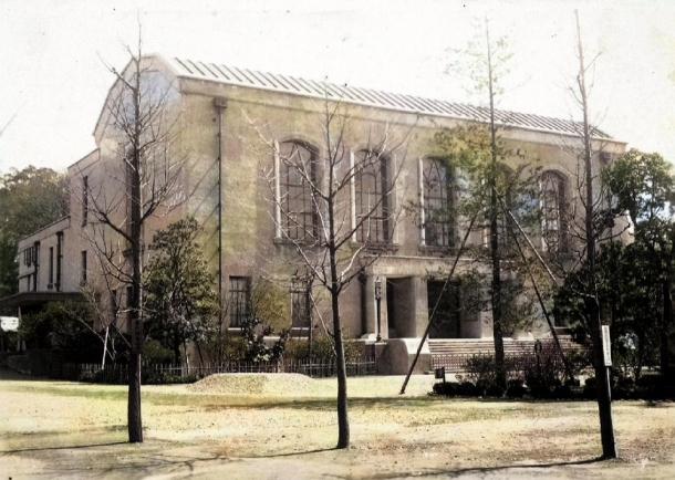 本技術をもとに彩色された図書館全景 大学史資料センター写真データベースより