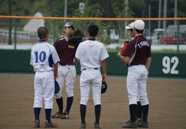 岩手県宮古市での本学軟式野球部員と地元中学生とのスポーツ交流の様子