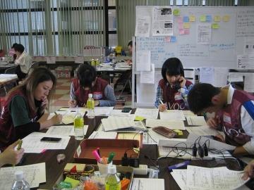 熊本市災害ボランティアセンターにて被災者のニーズの確認作業を行う学生たち