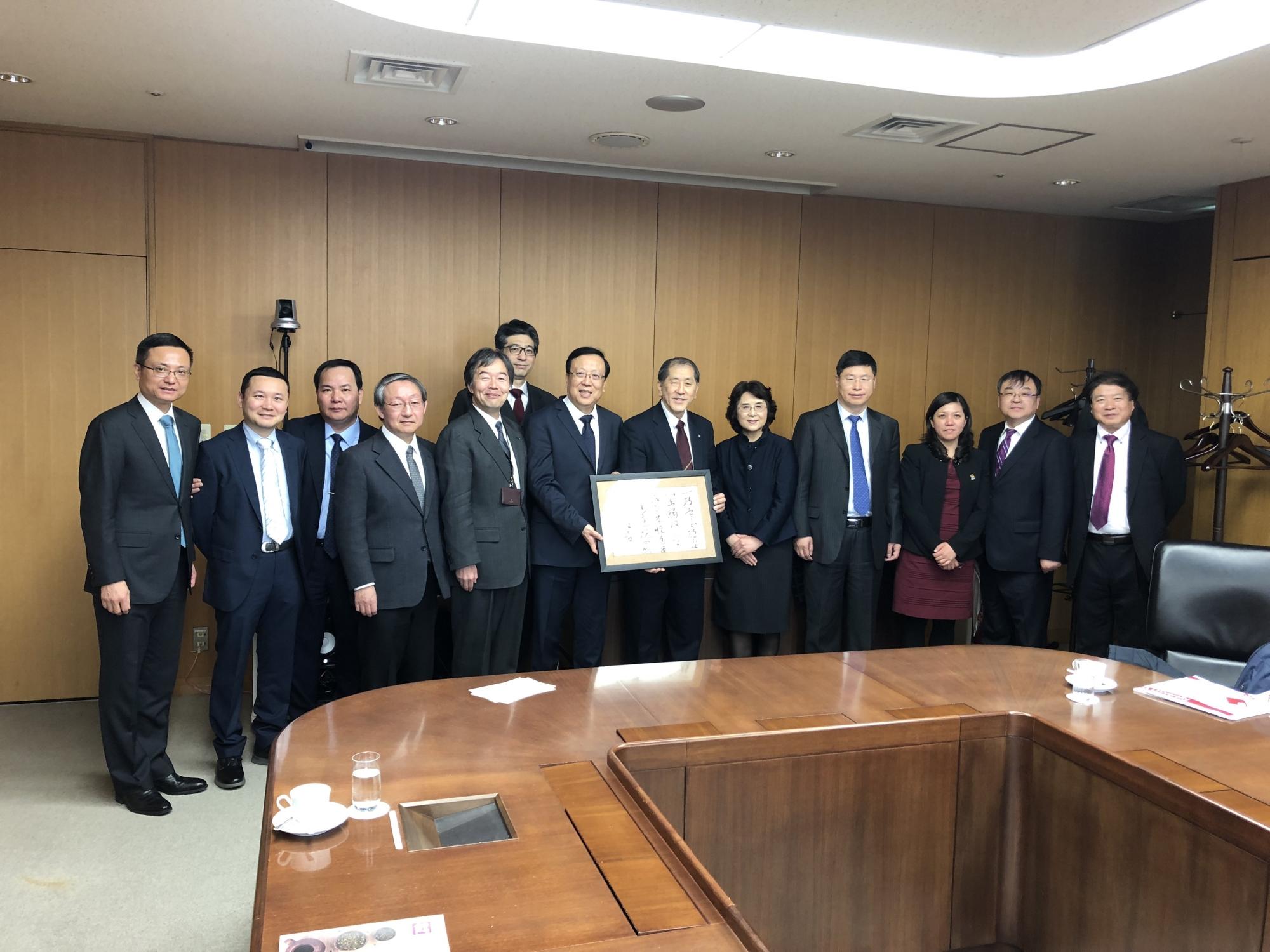 Peking University President Hao Ping visits Waseda