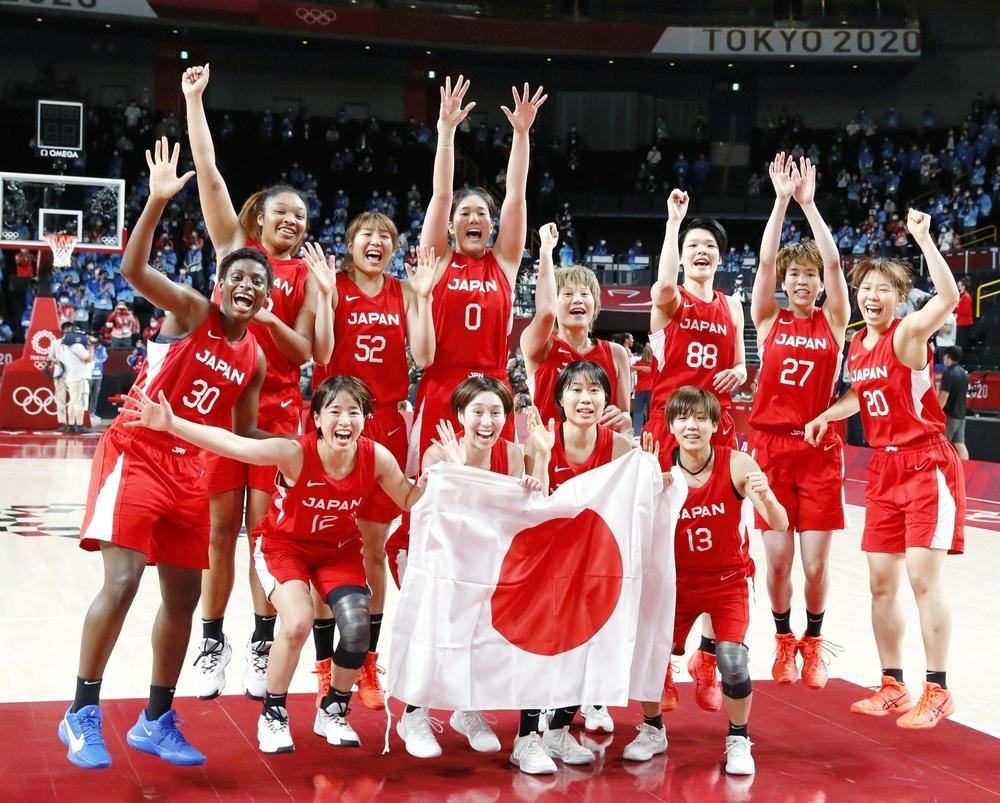 Alumni Nako Motohashi wins silver at the Tokyo 2020 women's basketball tournament